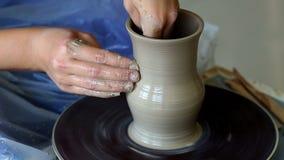 Tworzyć słój lub wazę glina Kobiet ręki, garncarki ` s koło zdjęcie wideo