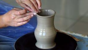Tworzyć słój lub wazę glina Kobiet ręki, garncarki ` s koło zbiory