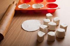 Tworzy dla ciasta, tocznej szpilki i kawałków ciasto na drewnianym b, Obraz Royalty Free