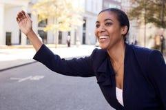 Táxi de saudação da mulher de negócio Imagem de Stock Royalty Free