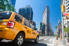 Táxi e edifício amarelos de Flatiron Fotografia de Stock Royalty Free