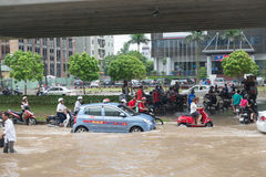 Táxi que está na estrada inundada Fotos de Stock Royalty Free