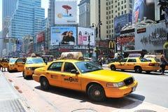 Táxis que conduzem com o Midtown de manhattan Fotografia de Stock