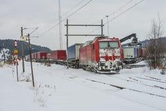 TXL 185 404-1与货车运输在哈尔登 免版税库存照片