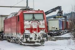 TXL 185 404-1 con tránsito del tren de carga en Halden Imagen de archivo