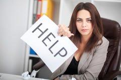 Ty potrzebujesz pomoc? Piękna biznesowa kobieta przy biurem pyta t Obraz Royalty Free