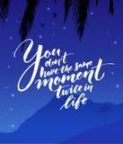 Ty przywdziewasz ` t ten sam moment dwa razy w życiu Inspiracyjna wycena o życiu Nowożytna kaligrafia na gwiaździstej nocy royalty ilustracja