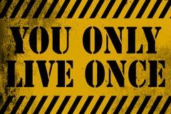 Ty tylko żyjesz once szyldowego kolor żółtego z lampasami Fotografia Stock