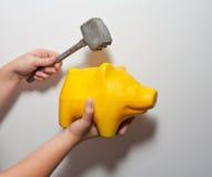 Żółty świniowaty moneybox i hummer Zdjęcia Royalty Free