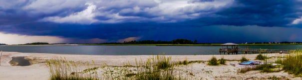 Tybee海岛在雨和雷暴期间的海滩场面 免版税库存图片