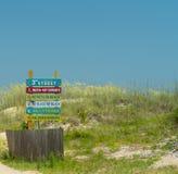 Tybee Island, Georgië/Verenigde Staten - Juni 24, 2018: Toeristentroep aan Tybee Island tijdens de zomer om van het zand en de br Stock Foto's