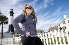 Tybee Island Light House in kustgeorgië, blondevrouw met handen op heupen royalty-vrije stock foto's
