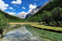 Tybet śnieżna góra z rzeką Zdjęcia Royalty Free