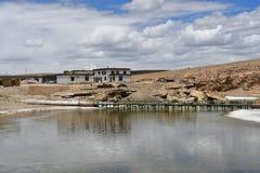 Tybet, Ganga Chu rzeczny z??czony Manasarovar i Rakshastal jeziora w lecie, obraz stock