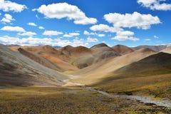 Tybet, lato krajobraz przy wysokością więcej niż 5000 metrów Na sposobie źródło Ind rzeka obrazy royalty free