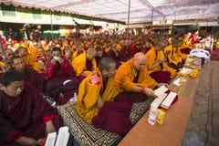 Tybetańscy mnisi buddyjscy zbliżają stupę Boudhanath podczas świątecznego Puja Zdjęcie Royalty Free
