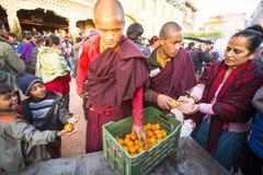 Tybetańscy mnisi buddyjscy zbliżają stupę Boudhanath podczas świątecznego Puja H H Drubwang Padma Norbu Rinpoche reinkarnacja Obrazy Royalty Free