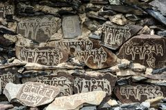 Tybetańscy modlenie kamienie przy antycznym monatery zdjęcia stock