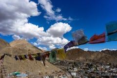 Tybetańska Buddyjska modlitwa Zaznacza z Leh Ladakh miasteczkiem zdjęcie royalty free