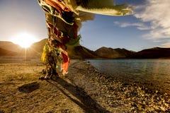 Tybetańska modlitwa zaznacza przy Pangong Tso tybetańczykiem dla fotografia royalty free