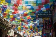 Tybetańska modlitwa zaznacza w miasteczku przy Kathmandu, Nepal obraz royalty free