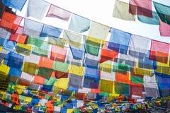 Tybetańska modlitwa zaznacza w miasteczku przy Kathmandu, Nepal obrazy royalty free