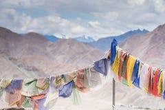 Tybetańska modlitwa zaznacza z mantrą na halnym himalaje widoku tle zdjęcie stock