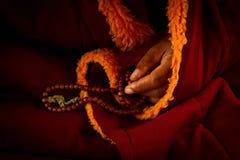 Tybetański Lama, modlitewni koraliki, Dalai Lama świątynia, McLeod Ganj, Indi Obraz Stock