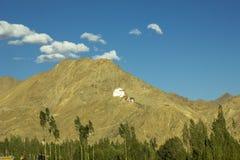 Tybetański monaster na górze i śladzie zdjęcie stock