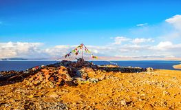 Tybetańskiego plateau tybetańczyka modlitewne flaga jeziorny Namtso Fotografia Royalty Free