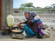 Tybetańska kobieta z jej synem przy Pangong jeziorem w Ladakh, India Fotografia Royalty Free