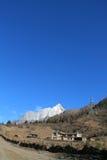 Tybetański jard i Yaomeifeng szczyt Fotografia Royalty Free