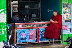 Tybetański michaelita z telefonem komórkowym Obrazy Royalty Free