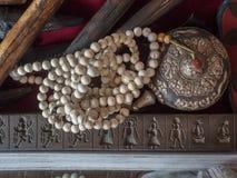 Tybetański tradycyjny antykwarski antykwarski dekoraci srebra breloczek i niciany biel operlamy Fotografia Stock