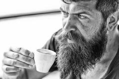 Tyck om den varma drinken Hipster som dricker utomhus- kaffe Man med sk?gget och mustasch och kopp kaffe Sk?ggig grabb som koppla arkivbilder