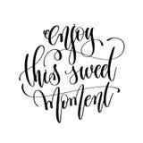 Tyck om detta söta ögonblick - svartvit handbokstav för motivation Arkivbild