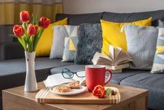 Tyck om din fria Tid med en kopp kaffe, en söt kaka och din favorit- bok Royaltyfri Fotografi