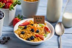 Tyck om din sunda frukost med frukter Arkivbilder
