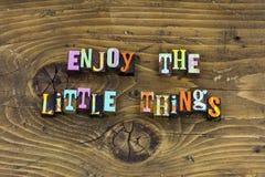 Tyck om för glädjeförälskelse för småsaker lycklig boktryck arkivfoton