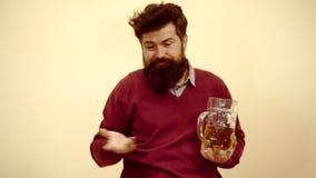Tyck om i bar Berusat koppla av för Hipster på baren Baren kopplar av st?llet f?r att ha drinken och koppla av Stilfull stilig ma arkivfilmer