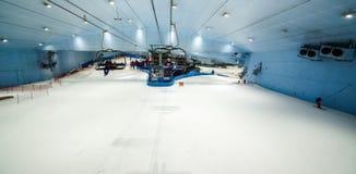 Tyck om insnöat öknen på Ski Dubai Arkivfoton