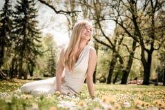 Tyck om liv - lycklig ung kvinna Fotografering för Bildbyråer