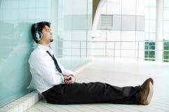 tyck om lyssnande manmusik till Royaltyfria Bilder