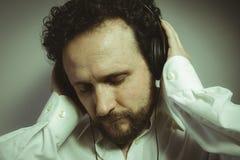 Tyck om musiken, mannen med intensivt uttryck, den vita skjortan Fotografering för Bildbyråer
