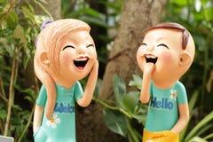 Tyck om pojke- och flickadockan som göras från bakad lera i Thailand i Gar Royaltyfria Foton