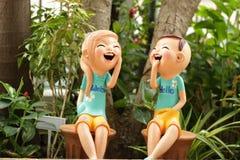 Tyck om pojke- och flickadockan som göras från bakad lera i Thailand i Gar Royaltyfri Fotografi