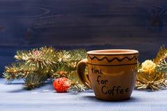 Tyck om vinterdrinken KaffeTid begrepp Vinterdryck med koffein Helgdagsafton för drinkkaffejul Keramisk kopp med royaltyfri foto