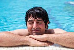 tycka om avslappnande simning för man Arkivfoton