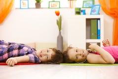 tycka om barn för flickamusikstående Royaltyfri Fotografi