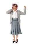 tycka om den gammala kvinnan för musik Arkivfoto